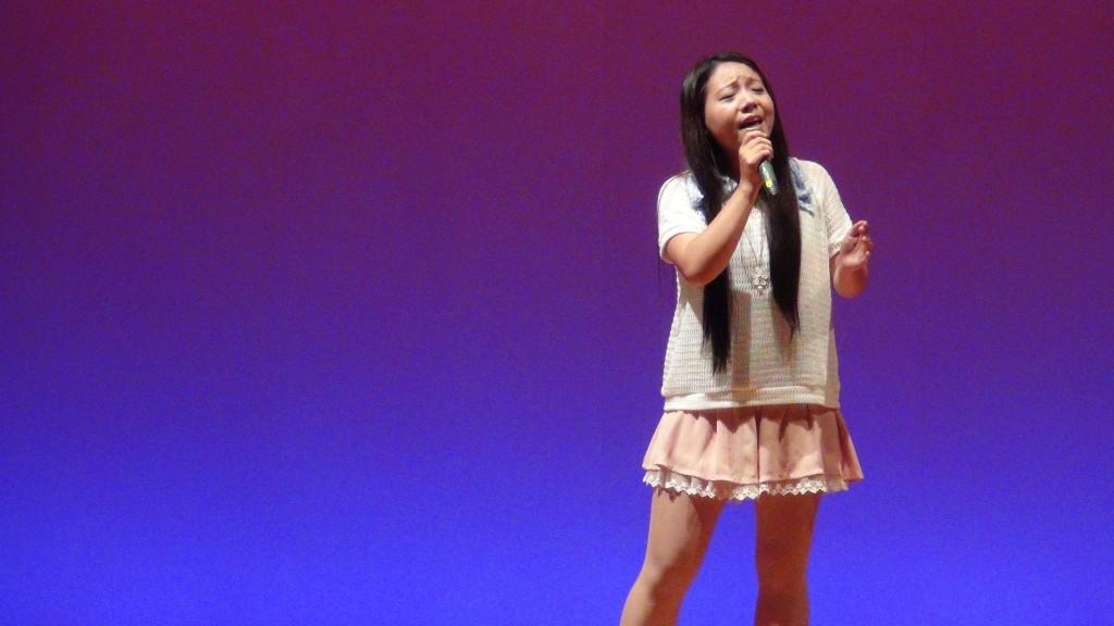 用深情的歌声打动在座的每一位观众