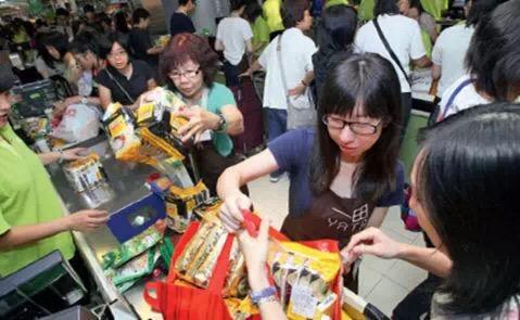 """春节期间中国游客在日本""""爆买"""",原因不仅仅是便宜"""
