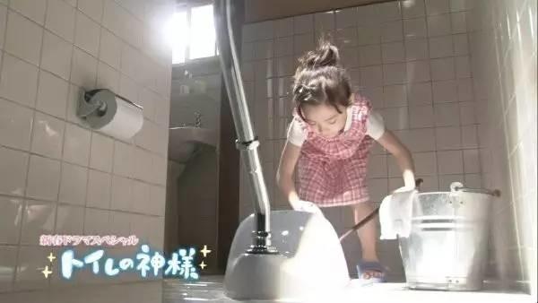 为什么日本孩子都要打扫厕所?