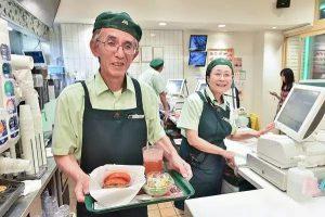 日本的老年人85岁高龄还在工作,难道是……