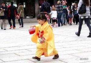 日本小女孩在过马路,被人偷拍……短短几秒,却体现出人性