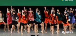 来欣赏一段日本80年代的迪厅风舞蹈,简直太魔性了!